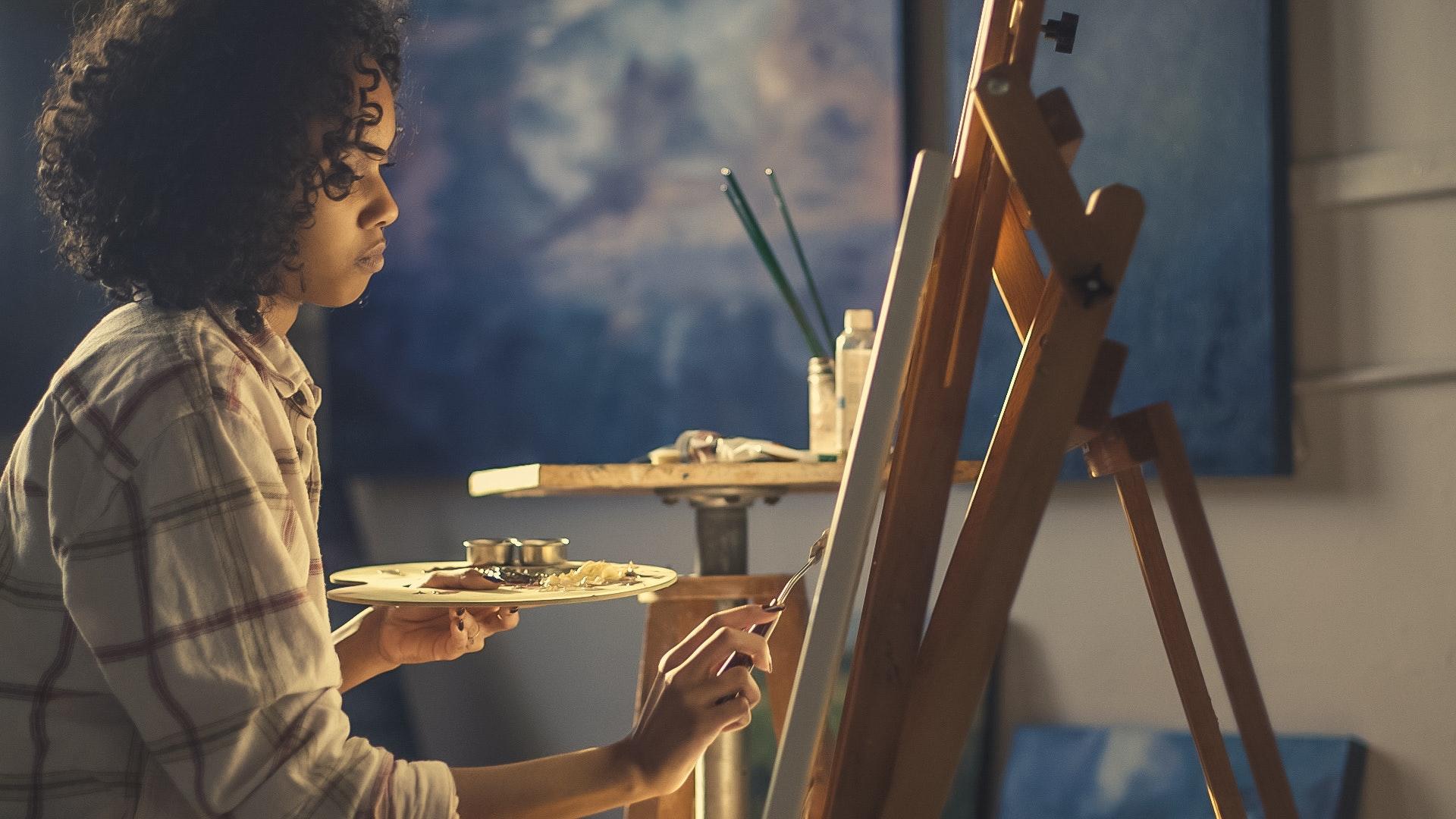 Aritsta plástico pintando uma tela